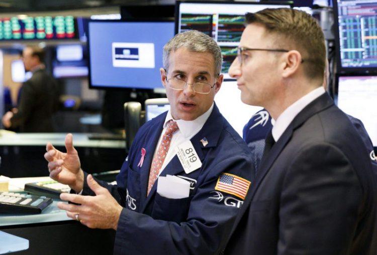 JLX21. NUEVA YORK (ESTADOS UNIDOS), 16/10/2018.- Agentes de bolsa trabajan hoy, martes 16 de octubre de 2018, en la Bolsa de Nueva York (EE.UU.). Wall Street cerró hoy con notables ganancias y el Dow Jones de Industriales, su principal indicador, avanzó un 2,17 % en la mejor jornada desde el pasado marzo, impulsada por los buenos resultados empresariales presentados por importantes compañías. EFE/Justin Lane